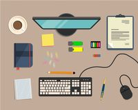 Взгляд сверху предпосылки стола, где монитор, клавиатура, мышь компьютера, офис возражает Стоковое Изображение
