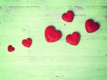 Взгляд сверху проверенного украшения сердца на деревянном Стоковая Фотография