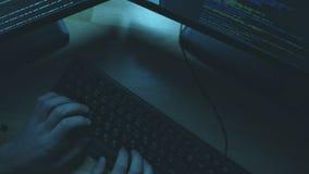 Взгляд сверху профессионального хакера совершая злодеяние сток-видео