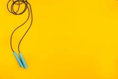 Взгляд сверху прыгая веревочки на желтой предпосылке Стоковые Фотографии RF