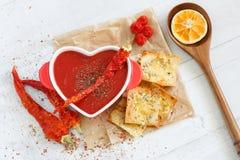 Взгляд сверху пряного супа томата с шутихами перца и сыра chili Стоковые Изображения