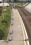 Взгляд сверху пустой платформы с стендами на железнодорожном вокзале после дождя в Новосибирске в России Стоковые Фото