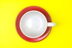 Взгляд сверху пустых белого кофе или чашки чая с красным блюдом Стоковое Изображение