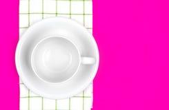 Взгляд сверху пустых белого кофе или чашки чая с полотенцем на живом Стоковое Фото