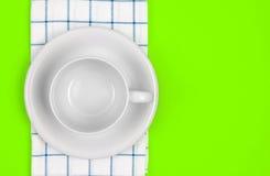 Взгляд сверху пустых белого кофе или чашки чая с полотенцем на живом Стоковая Фотография RF