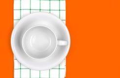 Взгляд сверху пустых белого кофе или чашки чая с полотенцем на живом Стоковые Изображения RF
