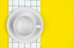 Взгляд сверху пустых белого кофе или чашки чая с полотенцем на живом Стоковая Фотография