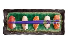 Взгляд сверху плиты суши при палочки изолированные на белизне Стоковые Изображения RF