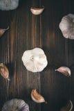 Взгляд сверху, плоское положение Шарик гвоздичного дерева чеснока и чеснока на коричневом деревянном столе Стоковая Фотография