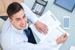 Взгляд сверху работника офиса на столе Стоковая Фотография