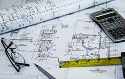 Взгляд сверху рабочего места архитекторов светокопий Архитектурноакустические проекты, светокопии, светокопия свертывают на плана стоковая фотография rf