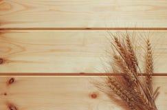 Взгляд сверху разжигает урожай на деревянном столе стоковое фото