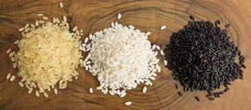 Взгляд сверху 3 разнообразий риса на деревянной предпосылке Стоковые Фотографии RF