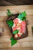 Взгляд сверху разделочной доски сандвича salmon Стоковые Фото