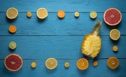 Взгляд сверху рамки от цитрусовых фруктов и ананаса Стоковая Фотография RF