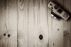 Взгляд сверху ретро камеры на деревянном столе Стоковые Изображения RF