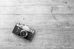 Взгляд сверху ретро камеры на деревянном столе Стоковые Фото