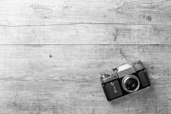 Взгляд сверху ретро камеры на деревянном столе Стоковое Изображение RF