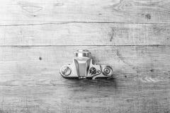 Взгляд сверху ретро камеры на деревянном столе Стоковое Изображение