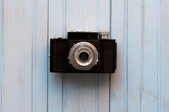 Взгляд сверху ретро камеры стиля на голубом деревянном столе Стоковая Фотография RF