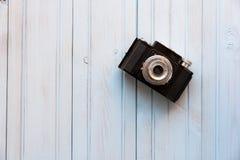 Взгляд сверху ретро камеры стиля на голубом деревянном столе Стоковые Фото