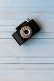 Взгляд сверху ретро камеры стиля на голубом деревянном столе Стоковая Фотография