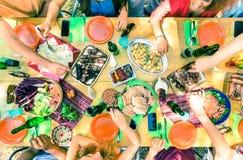 Взгляд сверху друга вручает еду сервировки на приём гостей в саду барбекю Стоковое фото RF