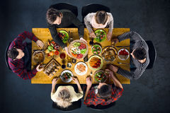Взгляд сверху друзей на таблице с едой Стоковая Фотография RF