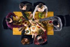 Взгляд сверху друзей на таблице с едой Стоковые Фото