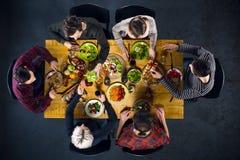 Взгляд сверху друзей на таблице с едой Стоковые Изображения RF