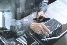 взгляд сверху руки используя умный телефон, передвижных оплат o бизнесмена Стоковое фото RF