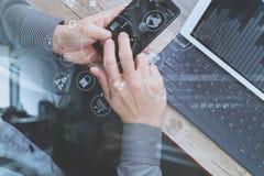 взгляд сверху руки используя умный телефон, передвижных оплат o бизнесмена Стоковое Фото