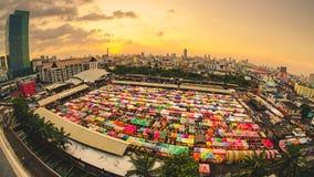 Взгляд сверху рынка Ratchada ночи поезда видеоматериал