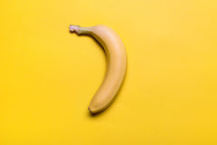 Взгляд сверху свежего желтого банана изолированного на желтом цвете Стоковое Изображение