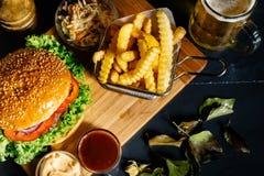 взгляд сверху свеже сделанного бургера говядины с фраями и пивом француза Стоковое Фото