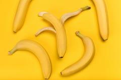 Взгляд сверху свежих желтых бананов изолированных на желтом цвете Стоковая Фотография