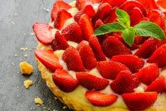 Взгляд сверху свежих домодельных пирога или пирога клубники Стоковое Фото
