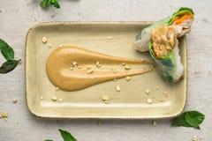 Взгляд сверху соуса и блинчиков с начинкой арахисового масла Стоковое Фото