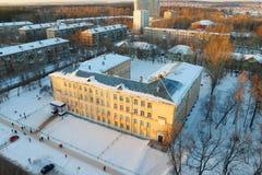 Взгляд сверху старого желтого здания школы Стоковое Изображение