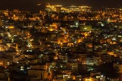 Взгляд сверху старых светов города и зданий - Назарета в ноче Стоковые Изображения