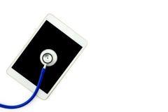 Взгляд сверху стола доктора с цифровой таблеткой с пустым экраном Стоковое фото RF