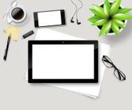 Взгляд сверху стола офиса с бумагой, канцелярскими принадлежностями и планшетом Стоковое фото RF