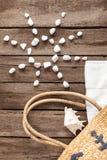 Взгляд сверху сумки пляжа с seashell, символ полотенца и солнца от белых камней Стоковые Фотографии RF