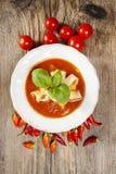 Взгляд сверху супа томата и перца на деревянном столе Стоковые Фотографии RF
