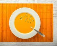 Взгляд сверху супа тыквы cream стоковая фотография rf