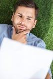 Взгляд сверху сфокусированного бизнесмена анализируя документы Стоковое Изображение RF