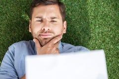 Взгляд сверху сфокусированного бизнесмена анализируя документы Стоковые Фото