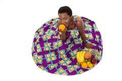 Взгляд сверху счастливой Афро-американской женщины в красочных sundress Стоковое фото RF