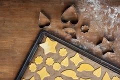 Взгляд сверху сырцовых форменных печений на резцах подноса и печенья выпечки Стоковое Изображение RF