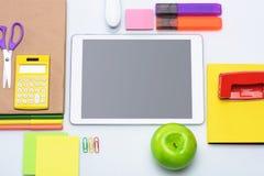 Взгляд сверху таблетки цифров с пустым экраном и красочными школьными принадлежностями Стоковые Изображения